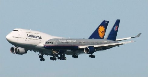 Two Airplane Optical Illusion - Lufthansa and United Airlines Image